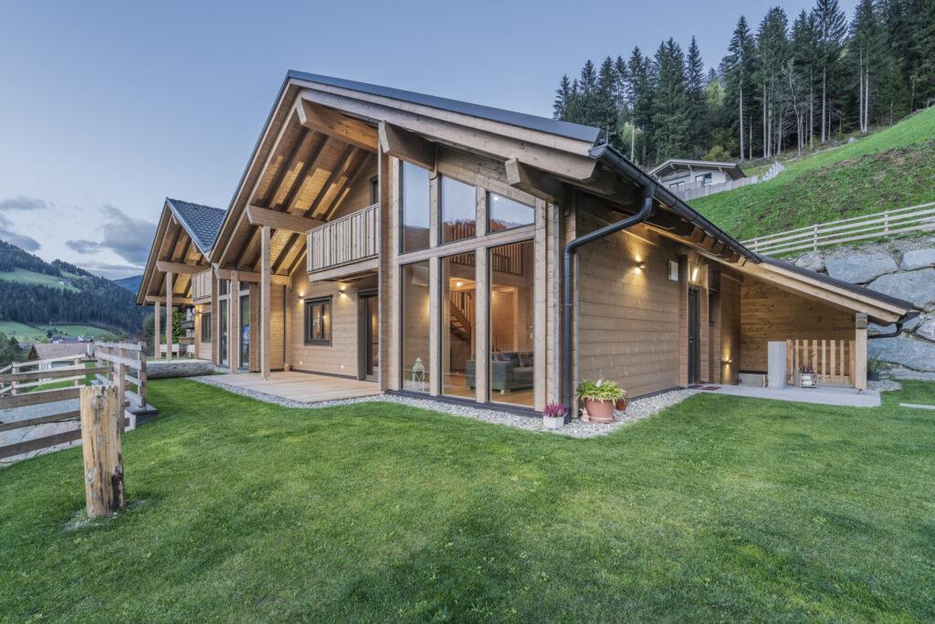 La bioedilizia per vivere in armonia con la natura: le due case gemelle in puro legno Rubner Haus in Val Sarentino